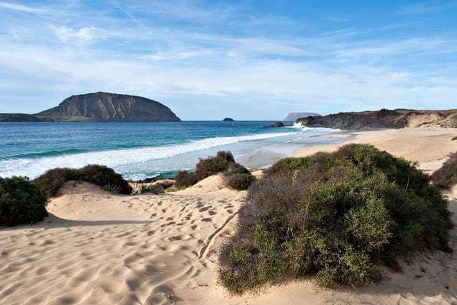 La famosa spiaggia Playa de las Conchas de La Graciosa, Canarie