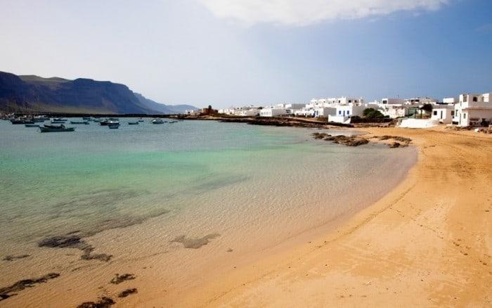 La spiaggia di Caleta de Sebo a La Graciosa, Canarie