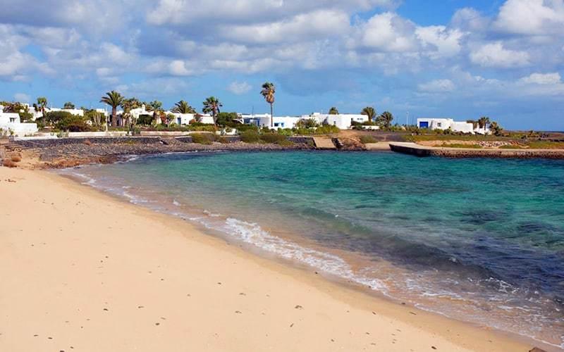 La spiaggia del villaggio Pedro Barba a La Graciosa, Canarie